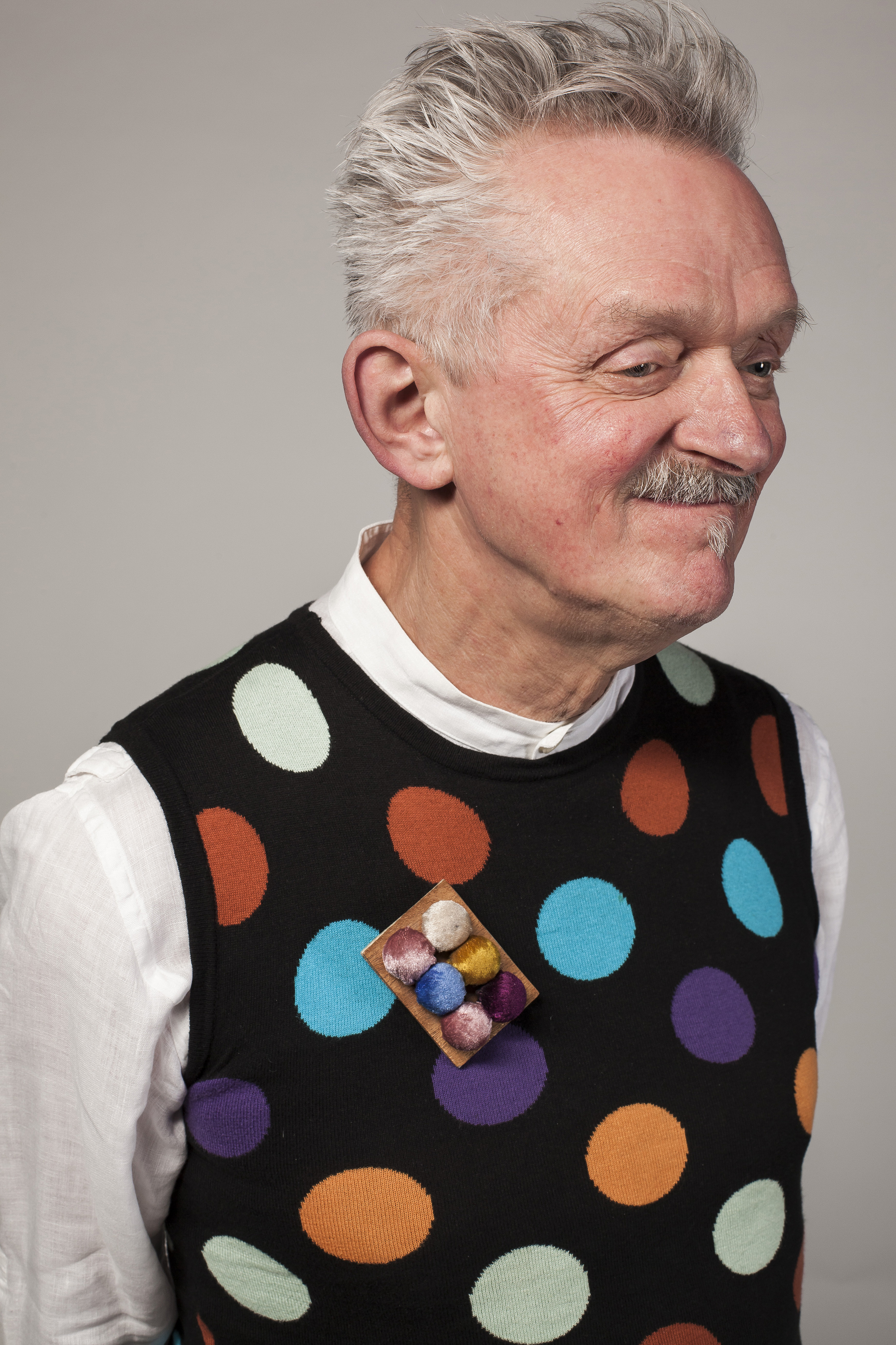 Willem Hoogstede met broche van Lisa Walker. Foto met dank aan CODA©