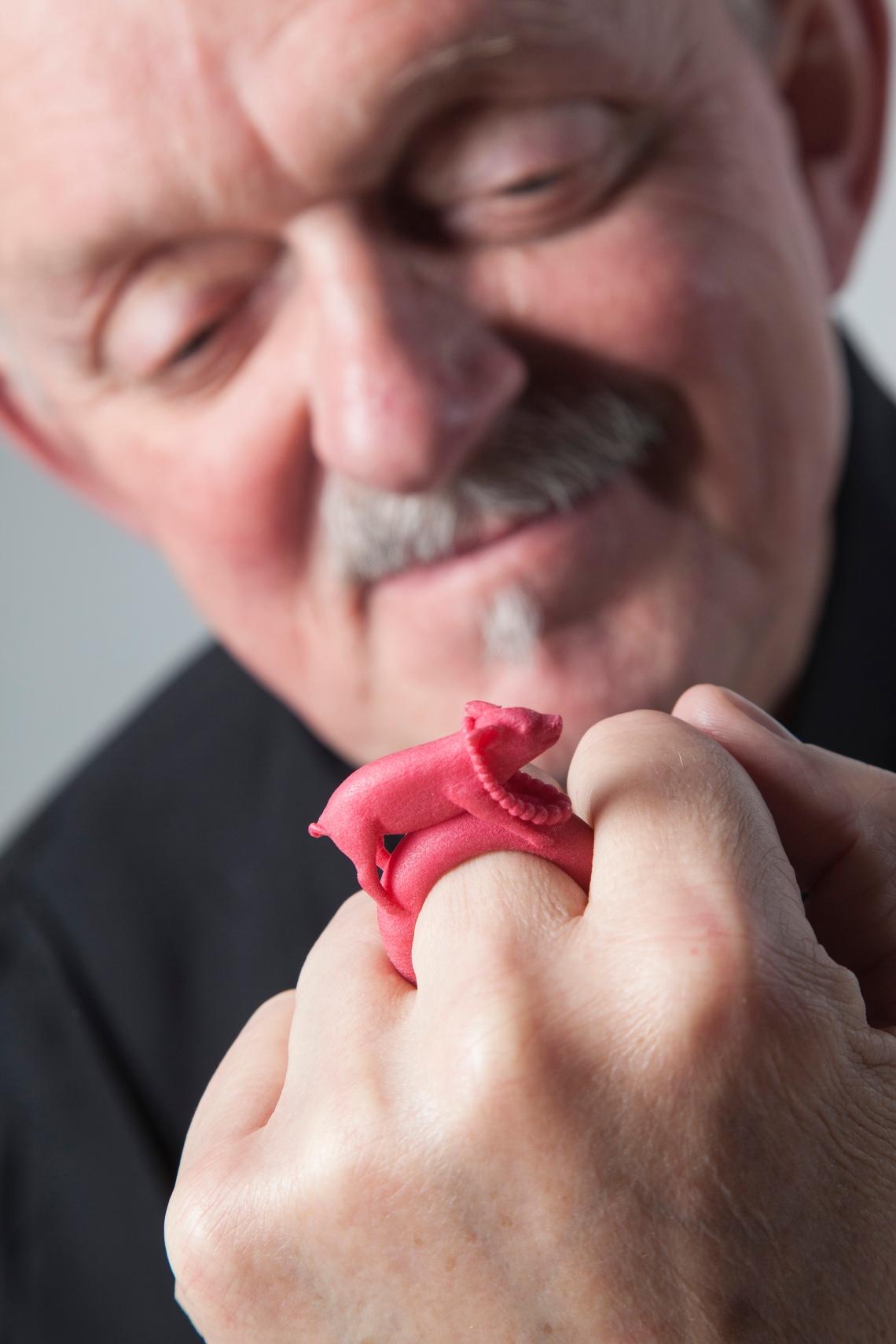 Willem Hoogstede met ring Ted Noten Miss Piggy. Foto met dank aan CODA©