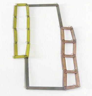Annelies Planteijdt, No. 12: mooie stad-gele kamer roze trap, halssieraad, 2001. Foto met dank aan SMS©