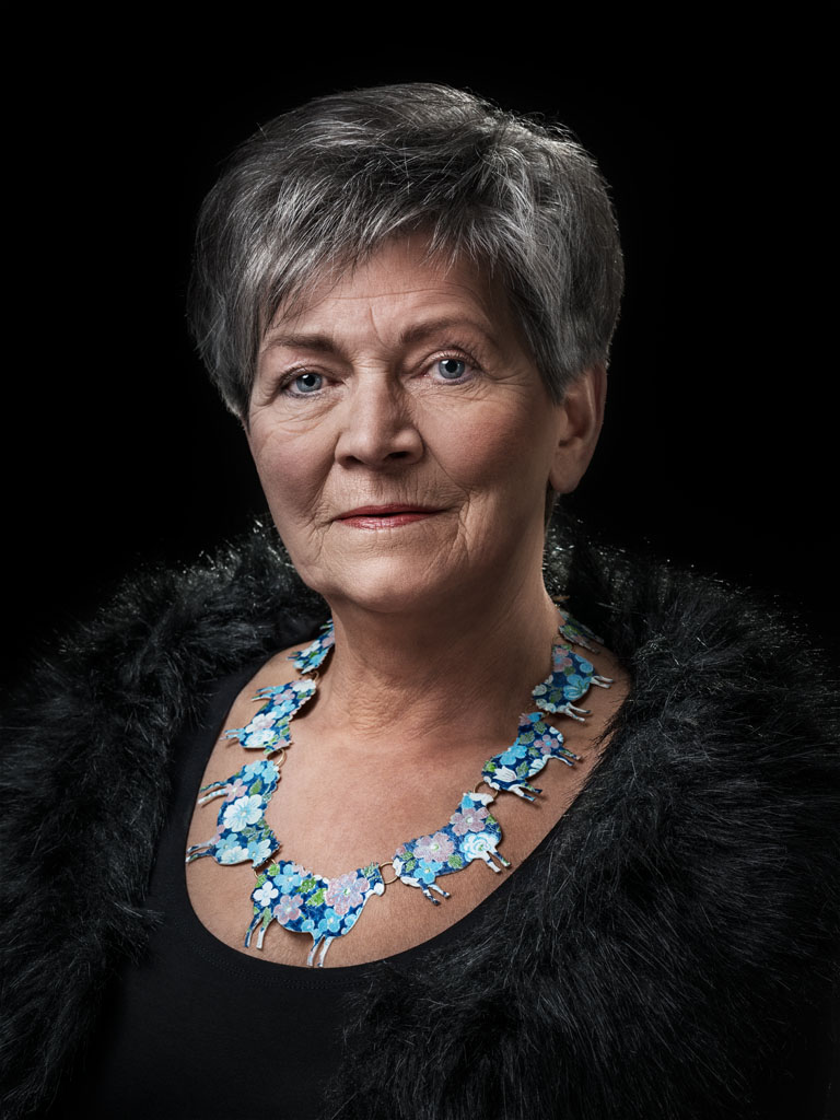 Vera Siemund gedragen door Betsie. Foto met dank aan Galerie Marzee, Johannes van Camp©