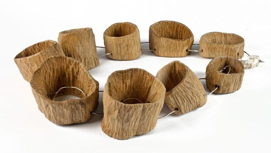 Antje Bräuer, Hohle Bäume, halssieraad, 2012. Foto met dank aan Galerie Marzee©