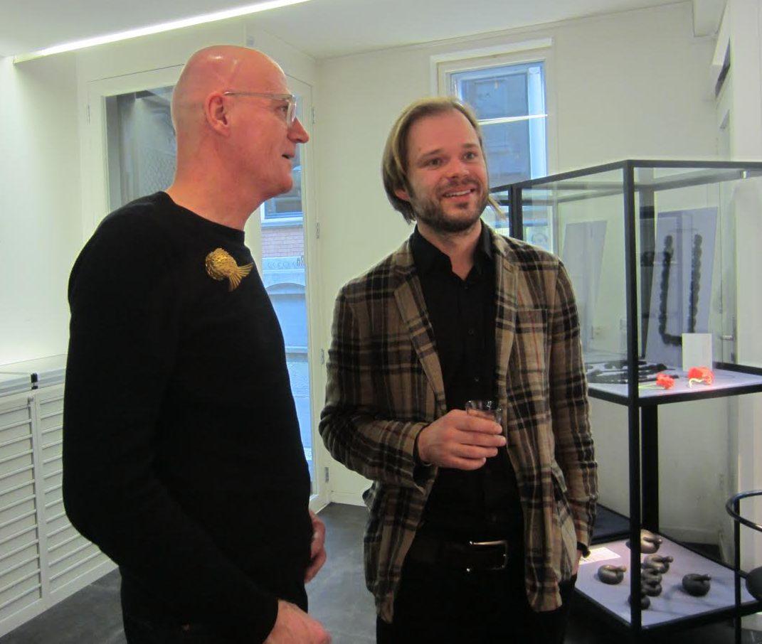Man met broche van Jie Sun en Nils Hint, Galerie Ra, 2017. Foto met dank aan M.O.©
