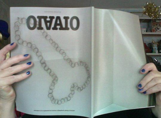 Dinie Besems, OIAAIO magazine met kloteketting op de cover. Foto Bettina Neumann©