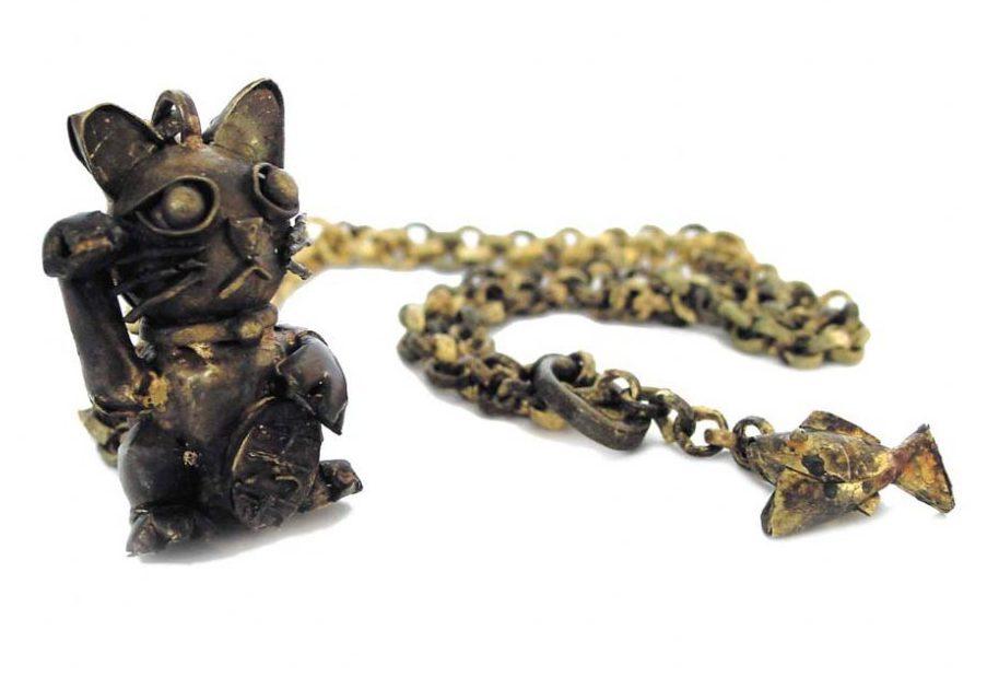 Jun Konishi, Hungry Fortune Cat, halssieraad, 2006. Foto met dank aan Galerie Marzee©
