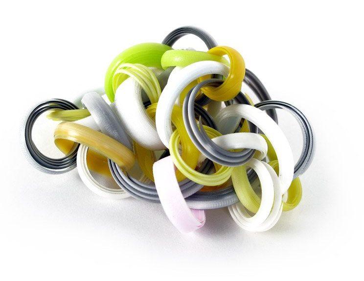 Jun Konishi, Plastic Circle, broche, 2011. Foto met dank aan Galerie Marzee©