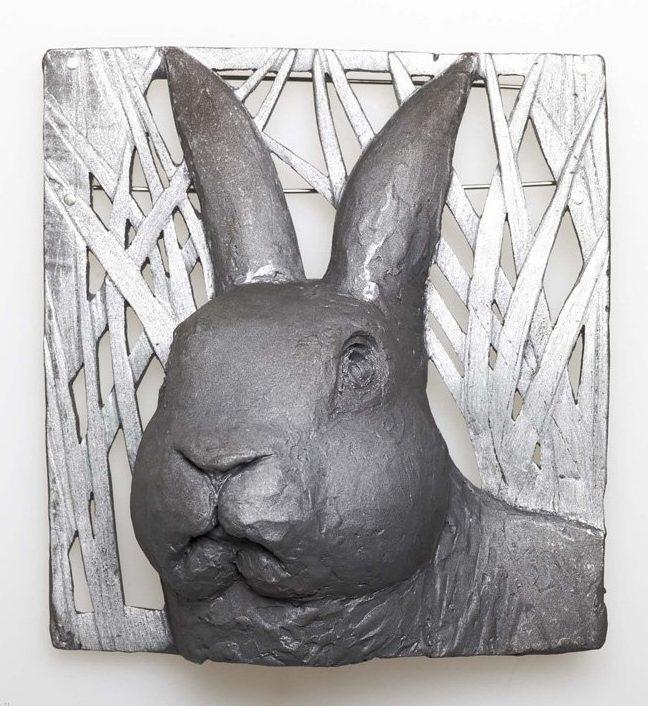 Kathleen Fink, Hase im Gras, broche, 2011. Foto met dank aan Galerie Marzee©