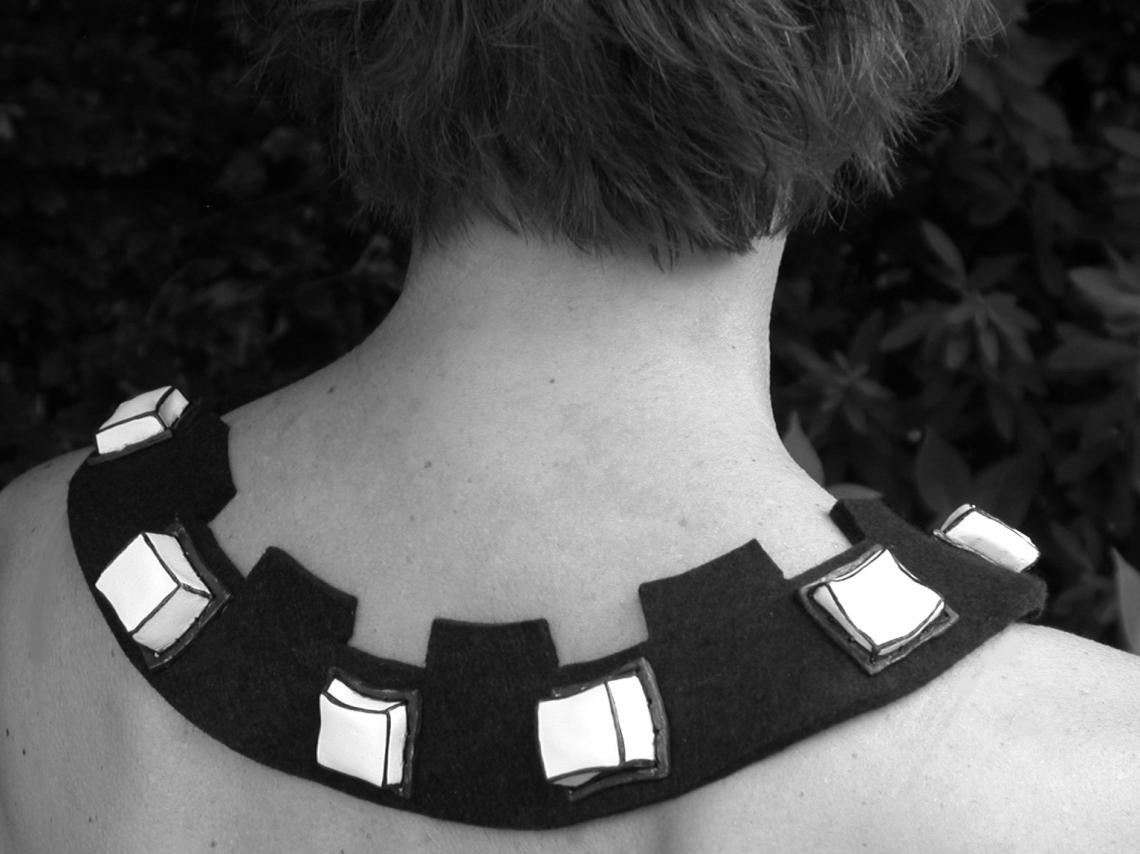 Maria Hees, Blokjescollier, porselein en vilt, 2005. Foto met dank aan Maria Hees©