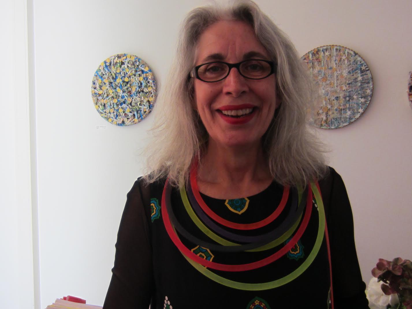 Thea Tolsma draagt Paul Derrez, Galerie Ra, 20 mei 2017. Foto met dank aan M.O.©