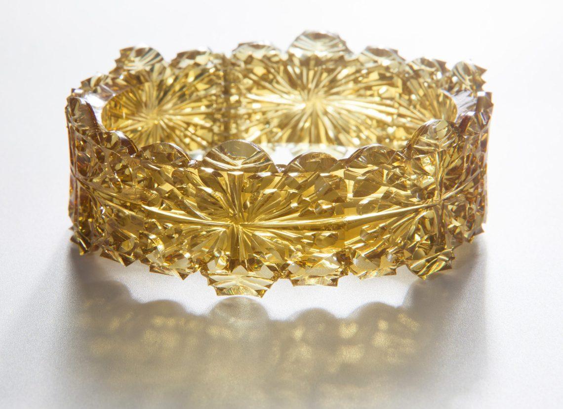 Kath Inglis, Gold Doily Cuff, armband, 2014. Foto met dank aan Kath Inglis, Craig Arnold©