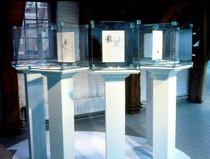 Manfred Bischoff, Üb Ersetzen, sieraden van Manfred Bischoff, 1993. Foto met dank aan SMS©