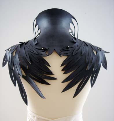 Thea Tolsma, Under Your Wings, halssieraad, 2009. Foto met dank aan Thea Tolsma©