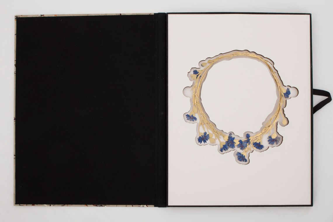 Christopher Thompson Royds, Natura Morta : Cornflowers, halssieraad, 2015. Foto met dank aan Galerie Marzee©