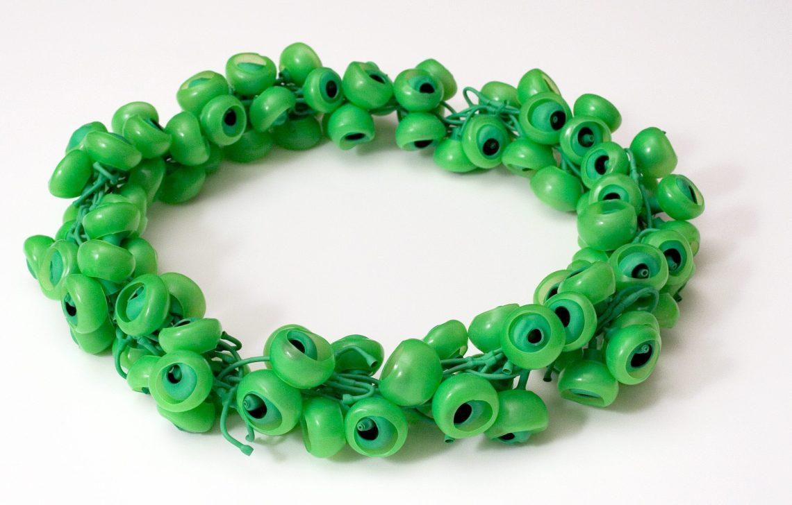 Susanne Klemm, Green, Frog Eyes, halssieraad, 2011. Foto met dank aan Susanne Klemm©