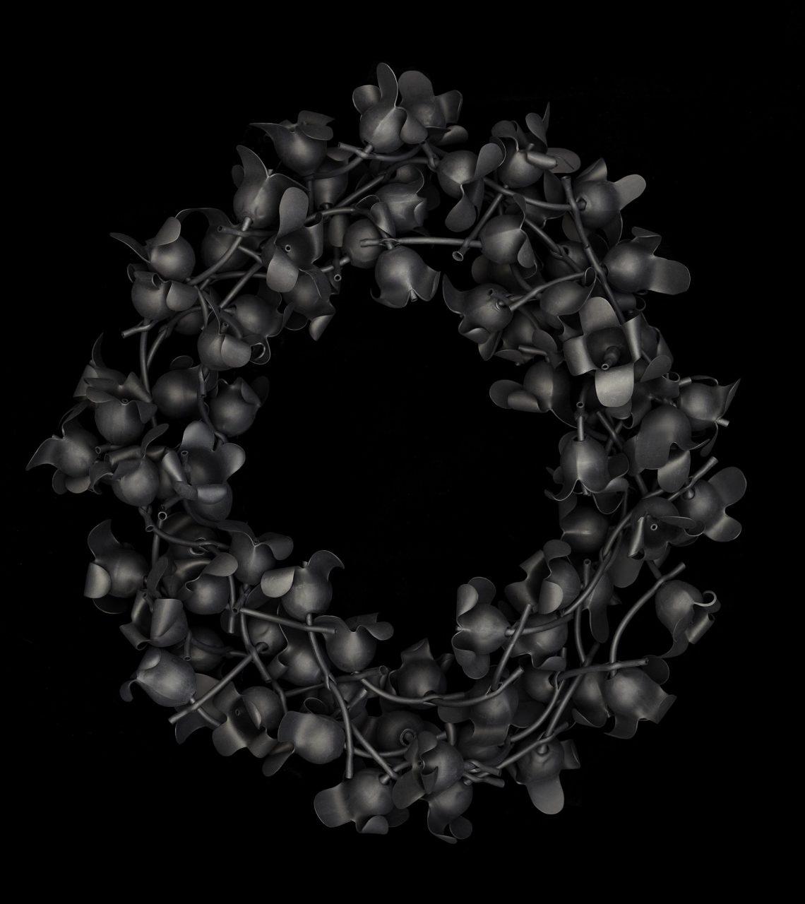Susanne Klemm, Black, Sea Flower, halssieraad, 2010. Foto met dank aan Susanne Klemm©