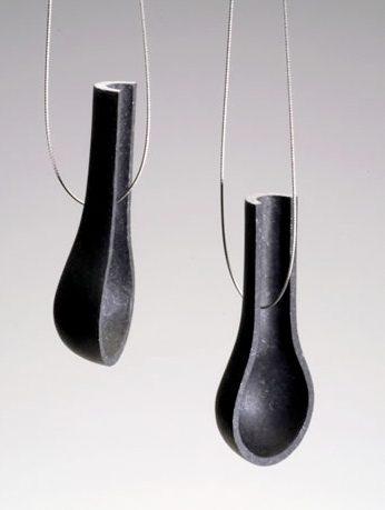 Tarja Tuupanen, Black Granite Necklace, halssieraad, 2003. Foto met dank aan Stichting Françoise van den Bosch©