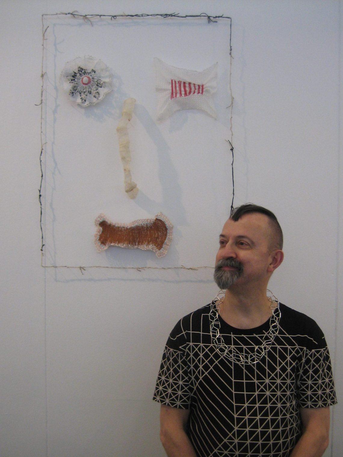 Paul Derrez voor Lam de Wolf tijdens KunstRAI 2017. Foto Esther Doornbusch, CC BY 4.0
