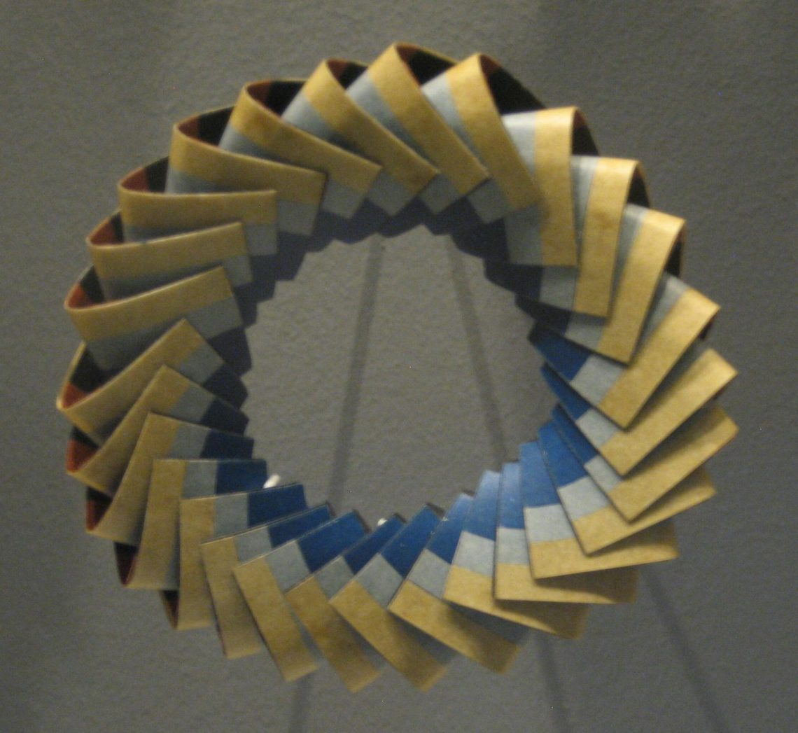 Nel Linssen, armband, 1989. Museum Arnhem, koepelzaal, juli 2017. Foto Esther Doornbusch, CC BY 4.0