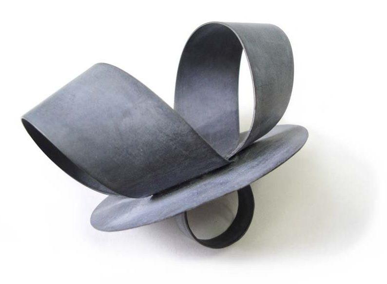 Lucy Sarneel, Zinc Loop, ring, 2012. Foto met dank aan Galerie Marzee©