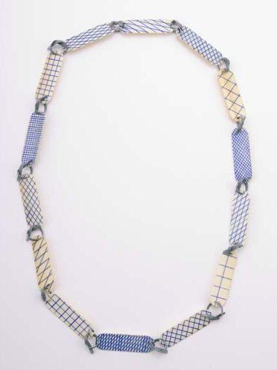 Lucy Sarneel, Checky Chain, halssieraad, 2010. Foto met dank aan Galerie Marzee©