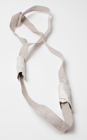 Marian Hosking, Bark and linen necklace, 2013. Foto met dank aan Gallery Funaki©