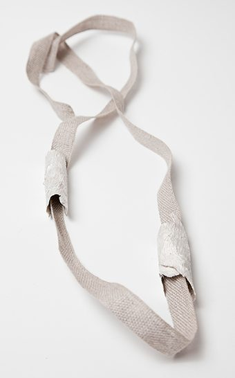Marian Hosking, Bark and linen necklace, 2013. Foto met dank aan Gallery Funaki©