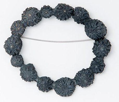Marian Hosking, Casuarine ring, broche, 2013. Foto met dank aan Gallery Funaki©
