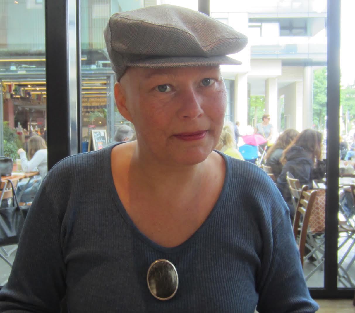 Esther Doornbusch draagt Akihiro Ikeyama, Cow I, broche, Amsterdam, 2017. Foto met dak aan M.O.©