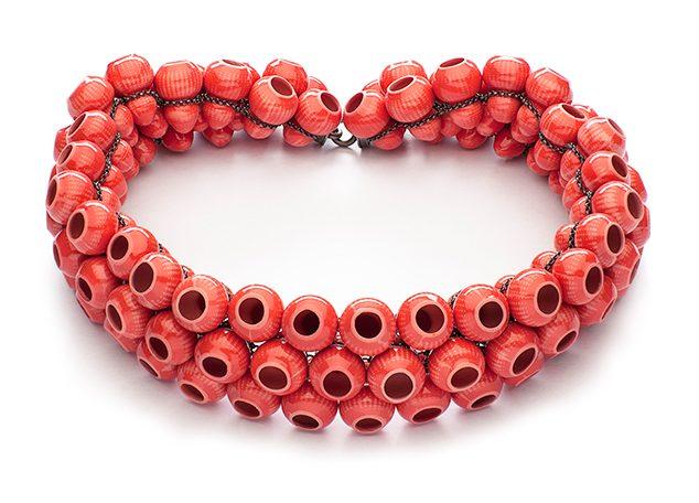 Peter Hoogeboom, Red Lantern, halssieraad, 2014. Foto met dank aan Gallery Funaki©