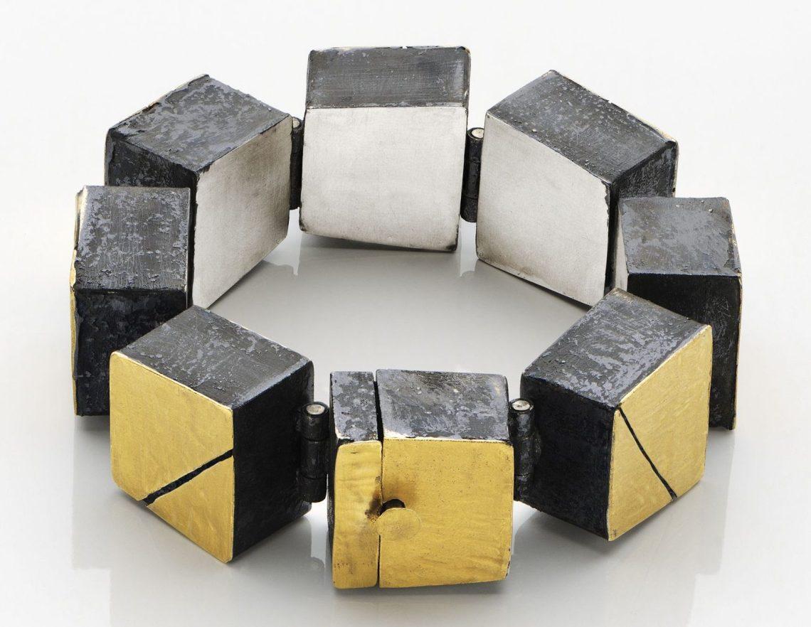 Gigi Mariani, Cracks in Gold, armband. Foto met dank aan Galerie Slavik©