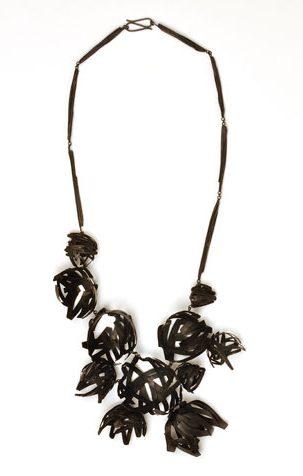 Doris Betz, Black Beauty, halssieraad, 2012. Foto met dank aan Gallery Funaki©