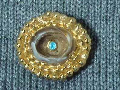 Vaughn Stubbs, Virgin pin, broche, 1989. Foto met dank aan SMS©