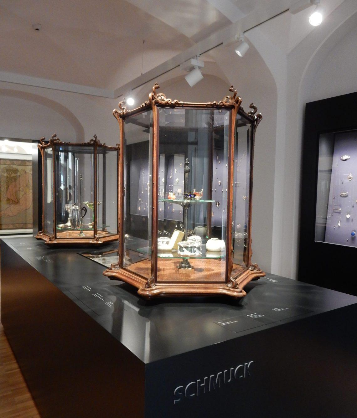 Philippe Wolfers, vitrines, circa 1897, Hessisches Landesmuseum Darmstadt, 10 september 2017. Foto met dank aan Coert Peter Krabbe, CC BY 4.0