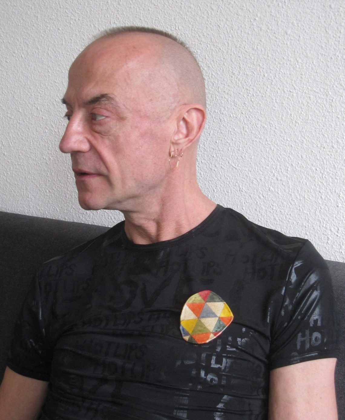 Jeldrik Oorthuys draagt Iene Ambars Letters to my Friends, Foto met dank aan Iene Ambar©