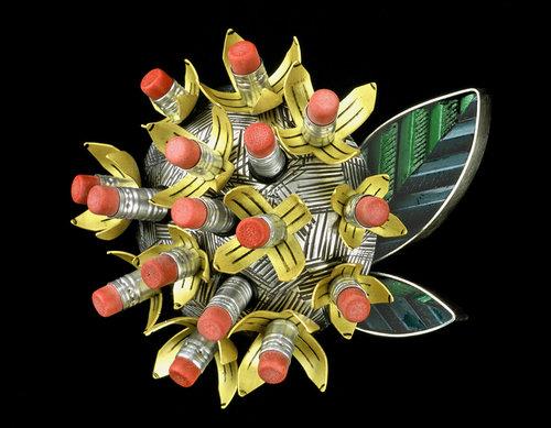 Lisa & Scott Cylinder, Bloom Pencil Flower Brooch, broche, 2004. Foto met dank aan Lisa & Scott Cylinder©