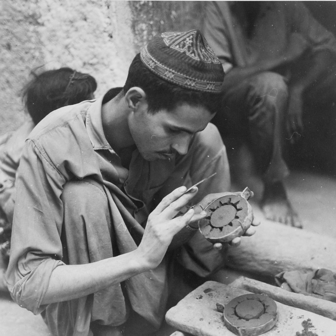 Edelsmid Abdallah Ben Ahmed maakt een mal voor de vervaardiging van een zilveren armband; Rissani; Marokko, 1969. Foto met dank aan Museum Volkenkunde©