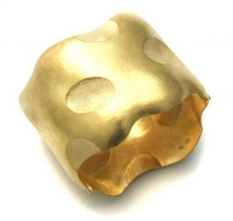 Gerd Rothmann, In Ton gedrückt, in Gold geklopft, ein Arm geschmückt, armband, 2013. Foto met dank aan Ornamentum Gallery©