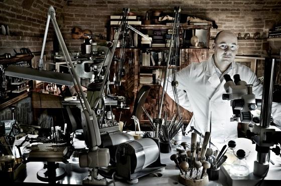 Giovanni Corvaja in zijn atelier in Todi. Foto met dank aan Museum Volkenkunde, Chris Ryan©