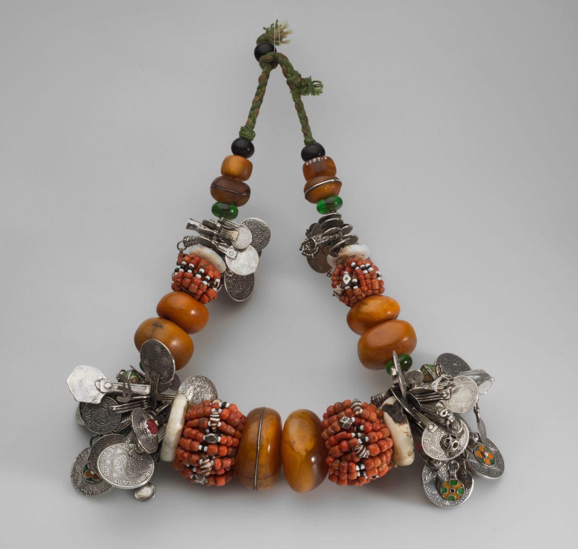 Halssieraad met kralen en muntenhangers. Foto met dank aan Museum Volkenkunde©
