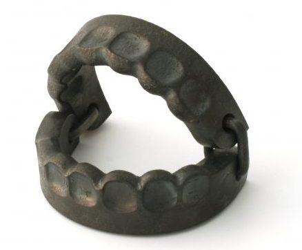 Sophie Hanagarth, Trap, armband, 2013. Foto met dank aan Ornamentum Gallery©