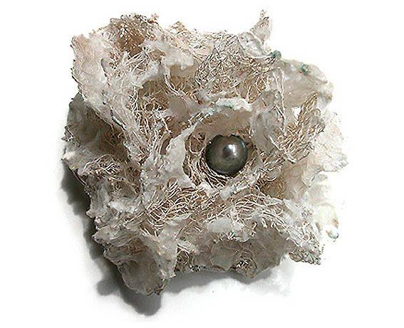 Mari Ishikawa, Blooming, broche, 2006. Foto met dank aan Galerie Spektrum©