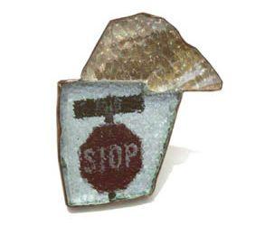 Marianne Schliwinski, Stop Gold, broche, 2007. Foto met dank aan Galerie Spektrum©