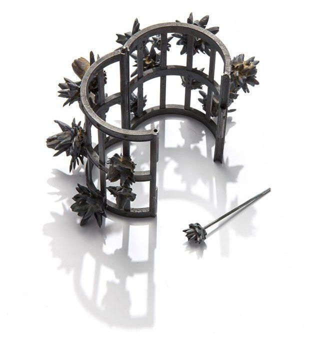 Evert Nijland, Black Flowers, armband, 2018, open. Foto met dank aan Galerie Rob Koudijs©