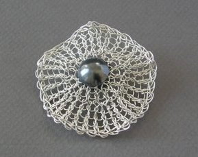 Hanne Behrens, Small Flower, broche. Courtesy Mobilia Gallery©