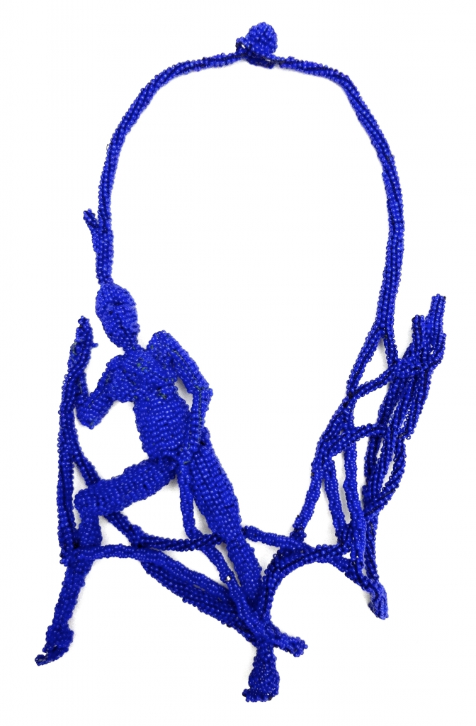 Joyce J. Scott, Blue Figure, halssieraad, 2012. Courtesy Mobilia Gallery©