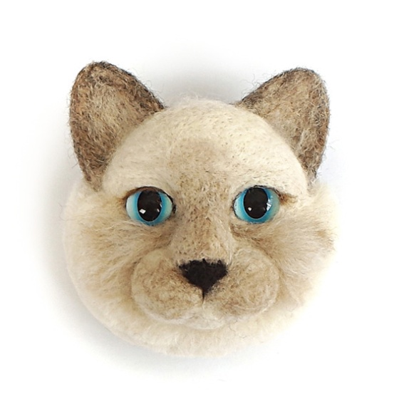 Momoko Kumai, Cat Face Brooch, broche. Courtesy Mobilia Gallery©