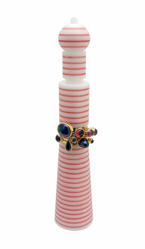Wendy Ramshaw, Pink Delight, set ringen op standaard. Courtesy Mobilia Gallery©