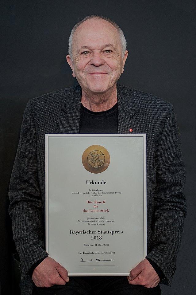 Otto Künzli met de Bayerischer Staatspreis 2018. Foto met dank aan Galerie Marzee/Michiel Heffels©