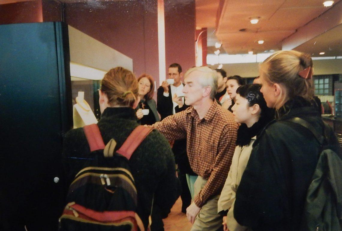 Foto met Jurriaan van den Berg in DNB. De verzameling van Jurriaan van den Berg in CODA, 2018. Foto Esther Doornbusch, CC BY 4.0