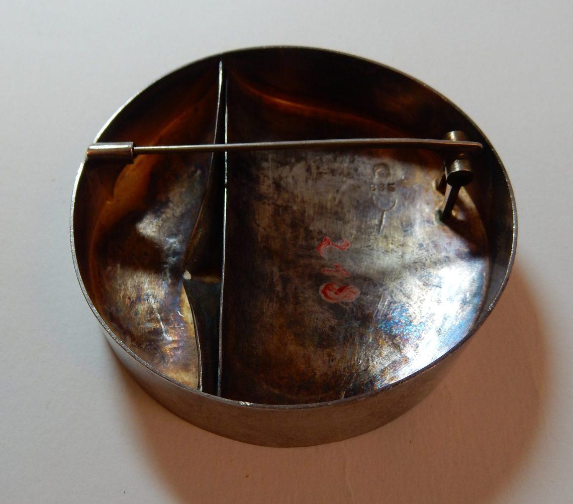 Dorothea Prühl, broche, achterzijde, 1975, Collectie Moritzburg, EM 218. Foto met dank aan Moritzburg en Dorothea Prühl, Coert Peter Krabbe©