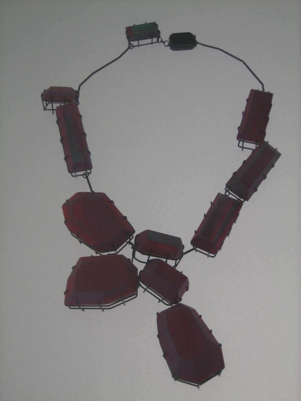 Lilli Veers, Pink Collier, halssieraad, 2012. Collectie Grassimuseum. Foto Esther Doornbusch, mei 2018, CC BY 4.0